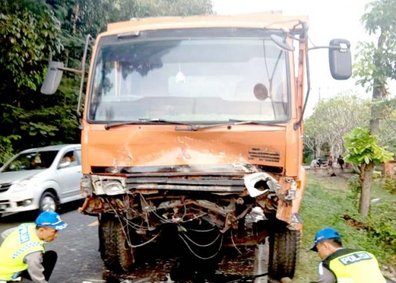 Nusabali.com - hantam-truk-sopir-dan-penumpang-xenia-tewas