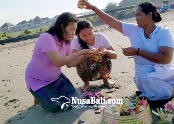 Nusabali.com - banyu-pinaruh-umat-hindu-melukat-ke-pantai-yeh-gangga