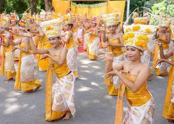 Nusabali.com - tari-rejang-dewa-massal-di-kantor-disdikpora