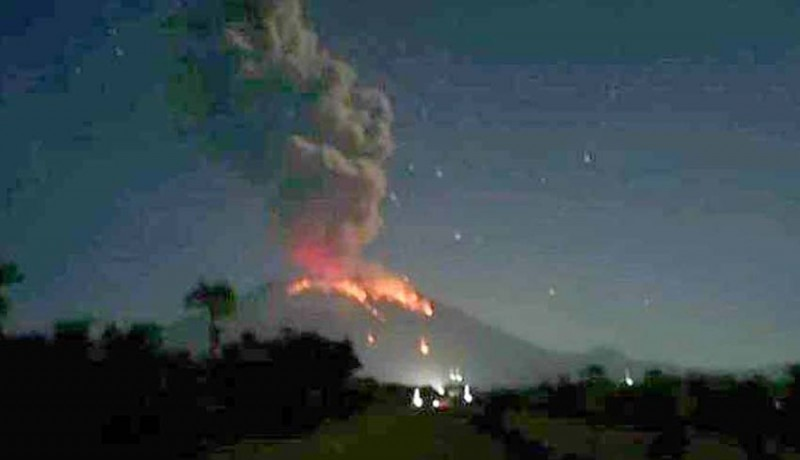 www.nusabali.com-gunung-agung-lontarkan-lava-pijar-sejauh-3-km