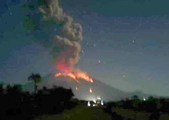 Nusabali.com - gunung-agung-lontarkan-lava-pijar-sejauh-3-km