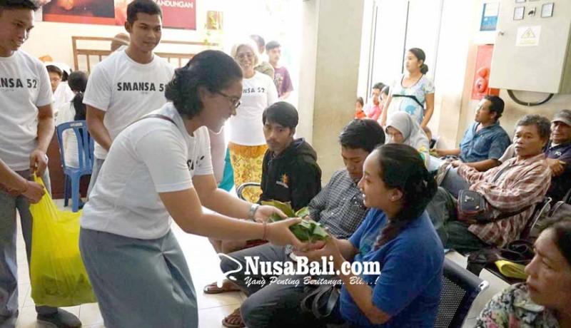 www.nusabali.com-bagi-bagi-nasi-bungkus-untuk-penunggu-pasien-di-rsud-karangasem