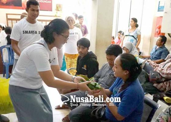 Nusabali.com - bagi-bagi-nasi-bungkus-untuk-penunggu-pasien-di-rsud-karangasem