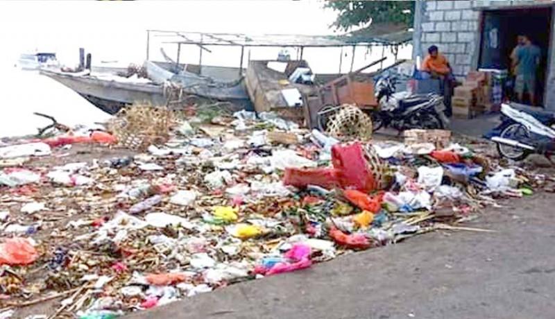 www.nusabali.com-sampah-pasar-cemari-pantai-nusa-penida