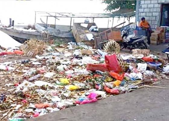 Nusabali.com - sampah-pasar-cemari-pantai-nusa-penida