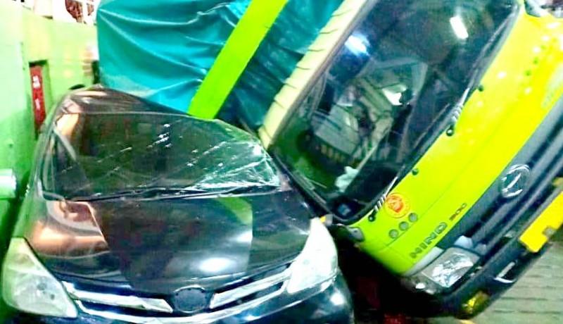 www.nusabali.com-kapal-oleng-truk-terguling-timpa-dua-mobil