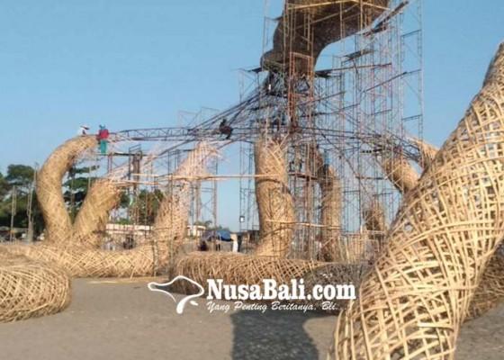 Nusabali.com - gunakan-panggung-seni-instalasi-gurita-raksasa