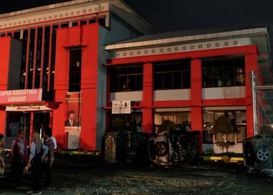 Nusabali.com - 16-kendaraan-terbakar-92-orang-narapidana-sempat-kabur