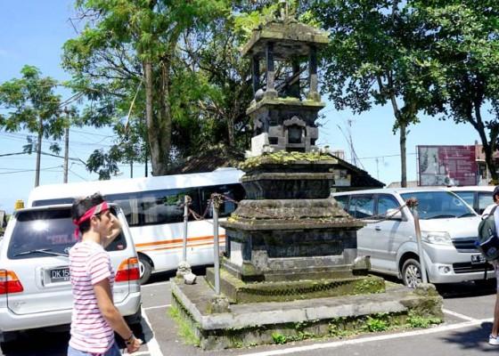 Nusabali.com - tugu-pahlawan-di-tengah-parkir-tirta-gangga
