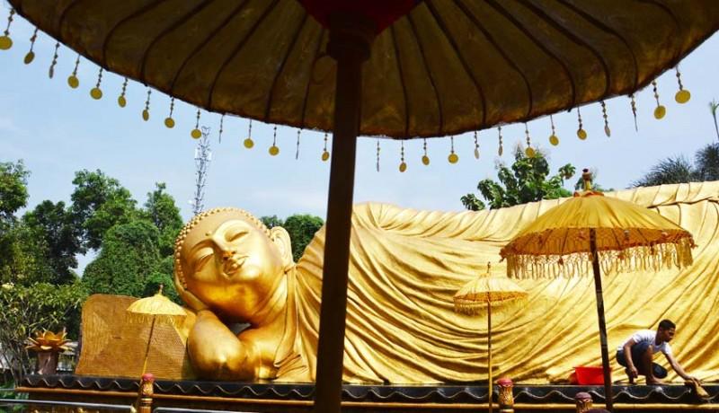 www.nusabali.com-patung-budha-tidur-di-maha-vihara-dimandikan