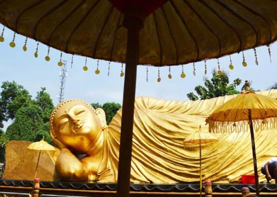 Nusabali.com - patung-budha-tidur-di-maha-vihara-dimandikan