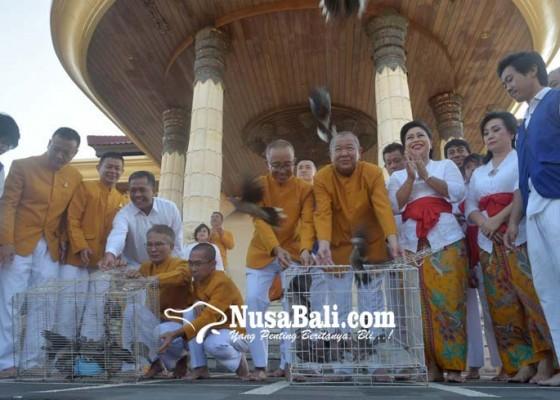 Nusabali.com - lepas-1000-ekor-burung-sebagai-bentuk-cinta-kasih