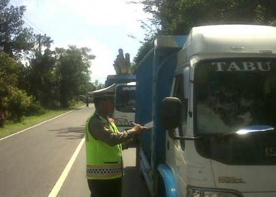 Nusabali.com - sopir-truk-galian-c-blokir-jalur-penelokan