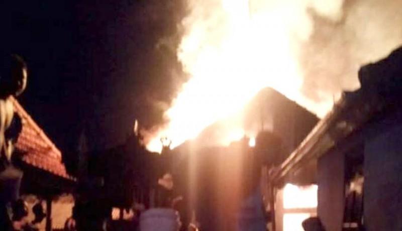 www.nusabali.com-ditinggal-matulung-rumah-ludes-terbakar