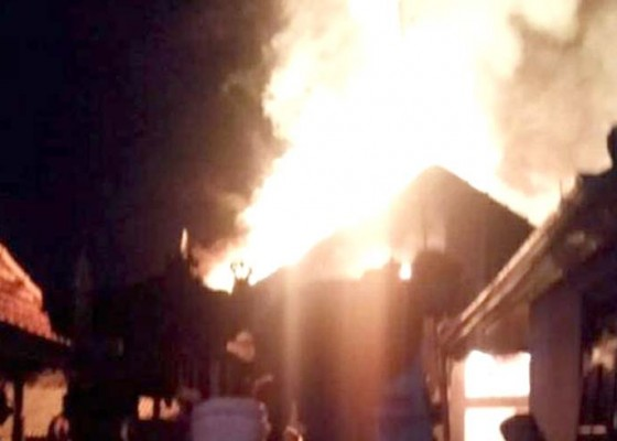 Nusabali.com - ditinggal-matulung-rumah-ludes-terbakar