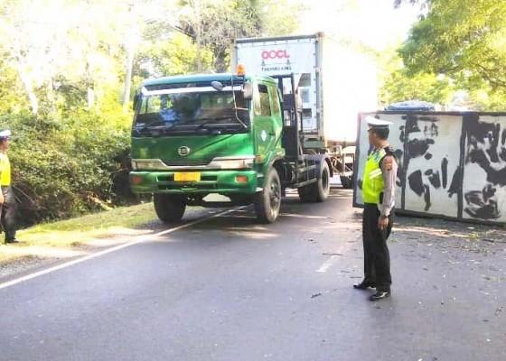 Nusabali.com - rem-blong-hindari-tabrakan-truk-box-terguling