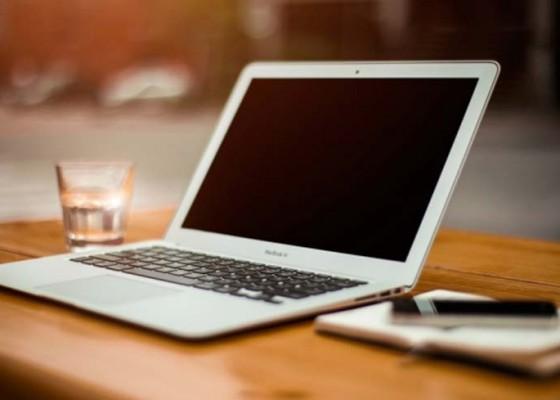 Nusabali.com - disdikpora-bagikan-laptop-gratis-ke-lima-sekolah-baru