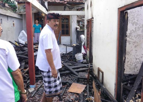 Nusabali.com - korban-kebakaran-rumah-terima-bantuan-pemkab