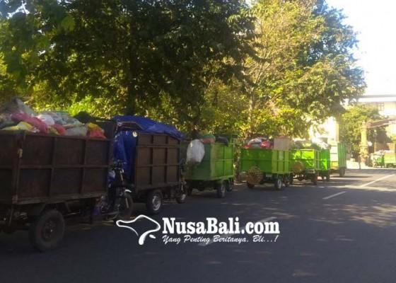 Nusabali.com - perbaikan-tpss-tak-kunjung-kelar-moci-berjejer-tunggu-truk-pengangkut