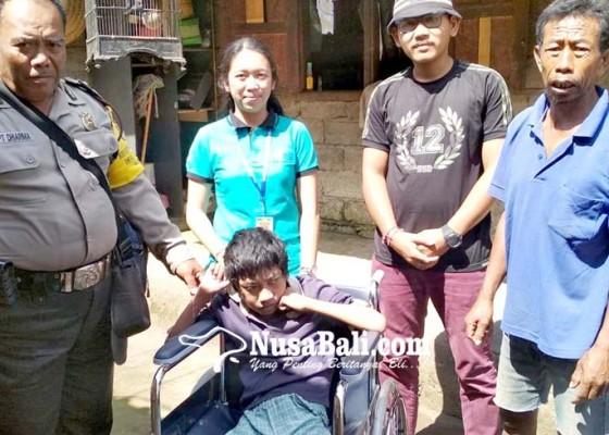 Nusabali.com - penyandang-disabilitas-dapat-bantuan-kursi-roda