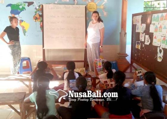 Nusabali.com - dua-relawan-asing-bantu-mengajar-di-yayasan