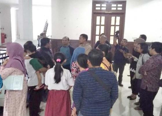 Nusabali.com - wali-murid-geruduk-dprd-malang