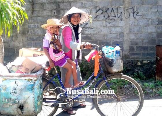 Nusabali.com - nenek-80-tahun-ajak-sang-cucu-cari-rongsokan