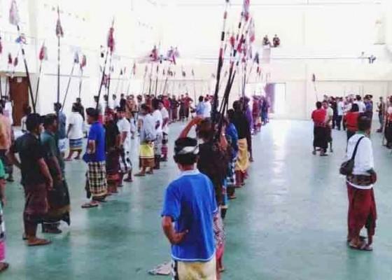 Nusabali.com - sebelum-ke-pkb-80-penari-baris-jangkang-pelilit-mantapkan-latihan