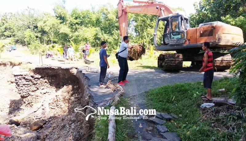 www.nusabali.com-diurug-jalan-putus-diterjang-banjir