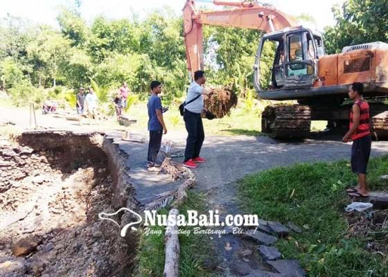 Nusabali.com - diurug-jalan-putus-diterjang-banjir
