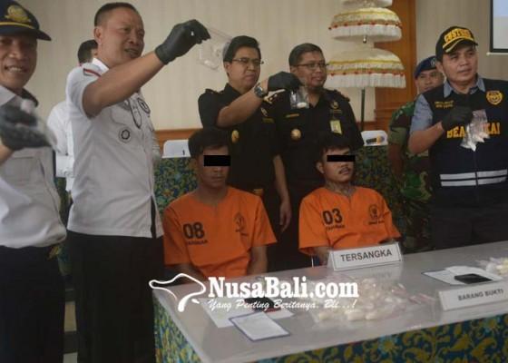 Nusabali.com - dua-wna-thailand-sembunyikan-1-kg-shabu-di-perut