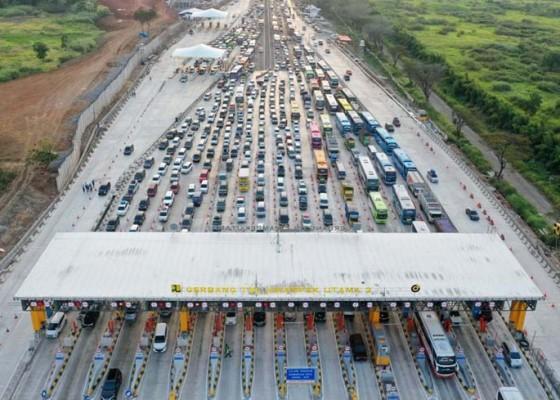 Nusabali.com - macet-kiloan-meter-di-berbagai-ruas-tol
