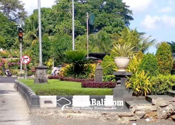 Nusabali.com - beton-kanstin-pembatas-jalan-dan-tangga-di-taman-rama-shinta-belum-diperbaiki
