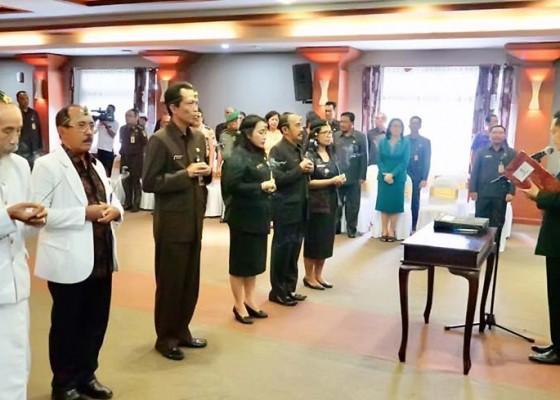Nusabali.com - rai-mantra-lantik-35-pejabat-eselon-ii-iii-dan-iv-di-lingkungan-pemkot-denpasar