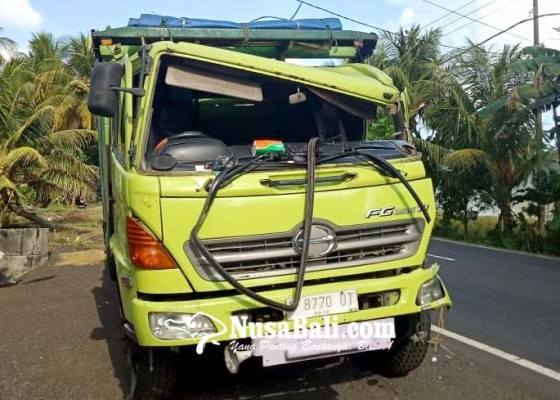 Nusabali.com - ngantuk-sopir-truk-seruduk-pantat-truk