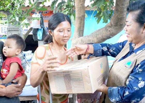 Nusabali.com - bupati-mas-sumatri-bantu-korban-tertimpa-kelapa