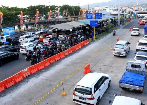 Nusabali.com - paku-bertebaran-di-jalan-depan-rumah-bupati-motor-pemudik-jadi-korban