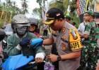 Nusabali.com - polres-tabanan-bagi-bagi-takjil-di-jalur-denpasar-gilimanuk