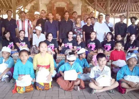 Nusabali.com - alumni-sman-2-amlapura-sumbang-kursi-roda-dan-sembako