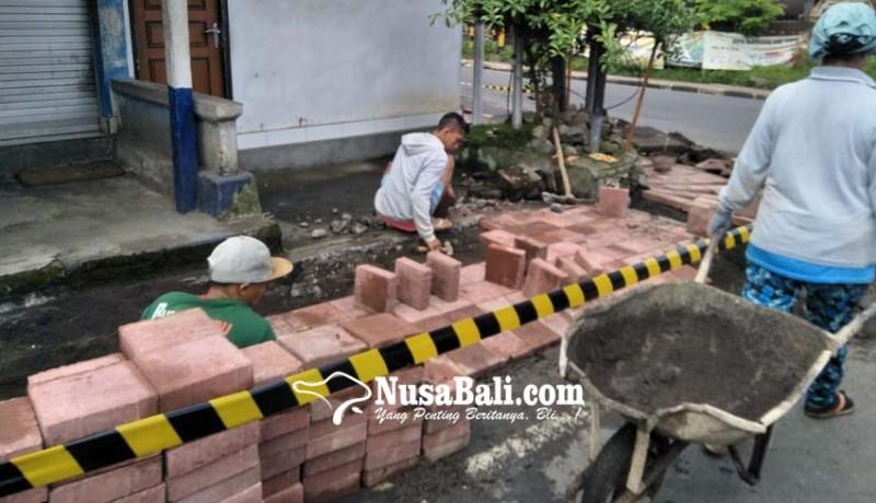 www.nusabali.com-sempat-ditanami-pisang-trotoar-gunaksa-diperbaiki