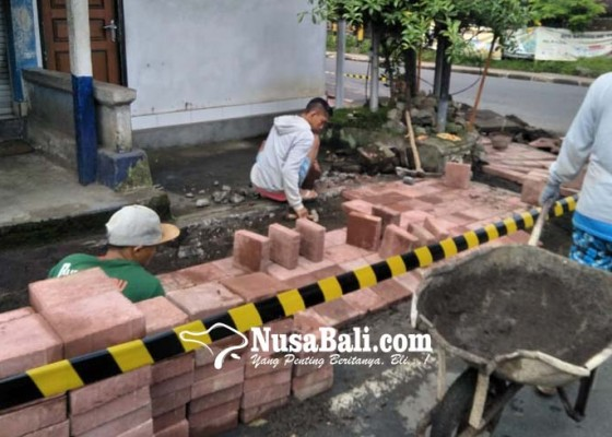 Nusabali.com - sempat-ditanami-pisang-trotoar-gunaksa-diperbaiki