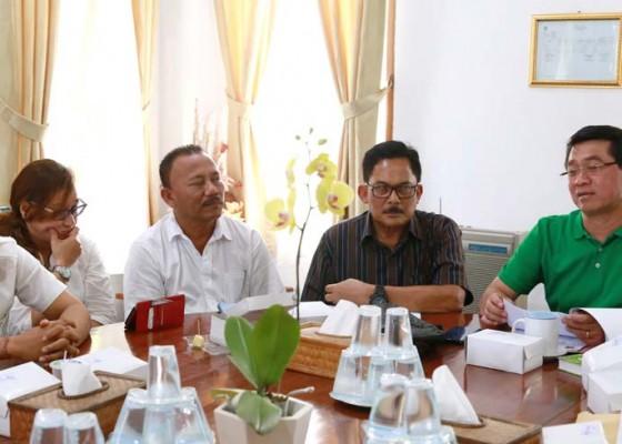 Nusabali.com - bupati-suwirta-pimpin-rapat-retribusi-wisatawan-di-nusa-penida