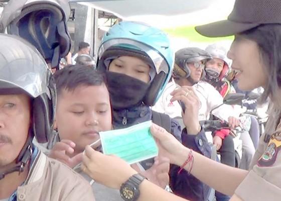 Nusabali.com - polwan-bagikan-ratusan-masker-ke-pemudik