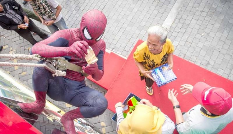 www.nusabali.com-spiderman-bagi-bagi-sarung