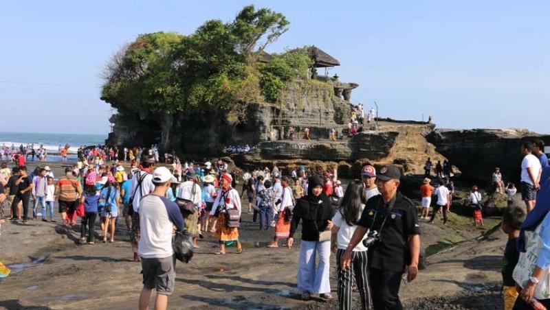 www.nusabali.com-ribuan-wisatawan-serbu-tanah-lot