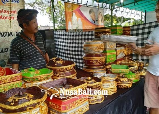 Nusabali.com - kerajinan-berbahan-koran-terbatas-bahan-baku