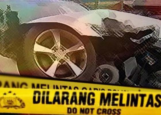 Nusabali.com - mobil-terjun-ke-sungai-sekeluarga-selamat