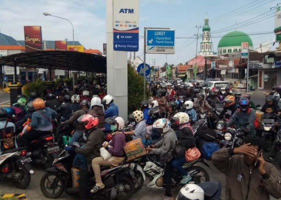 Nusabali.com - antrean-motor-mengular-ke-luar-pelabuhan