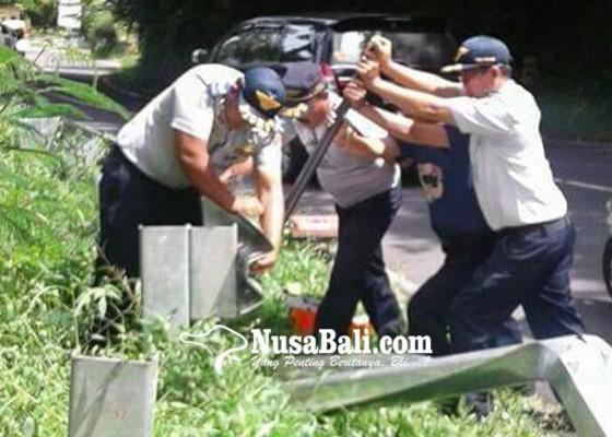 Nusabali.com - jalur-rawan-kecelakaan-dipasang-guardrail