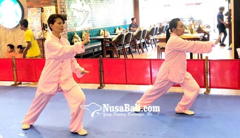 www.nusabali.com-kenalkan-wushu-pada-keluarga-di-mall